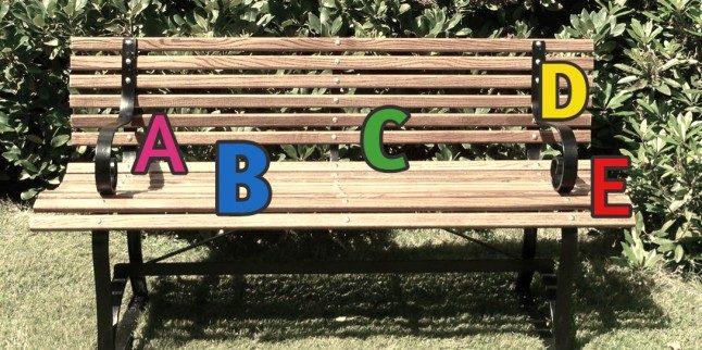 Fingerfertigkeit im Scrabble Buchstaben auf der Bank